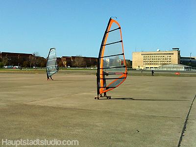 Windsurfer auf dem Gelände des ehemaligen Flughafens Tempelhof