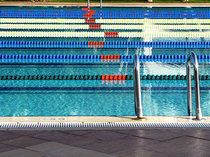 Schwimmbahnen im Freibad © Rainer Sturm / pixelio.de